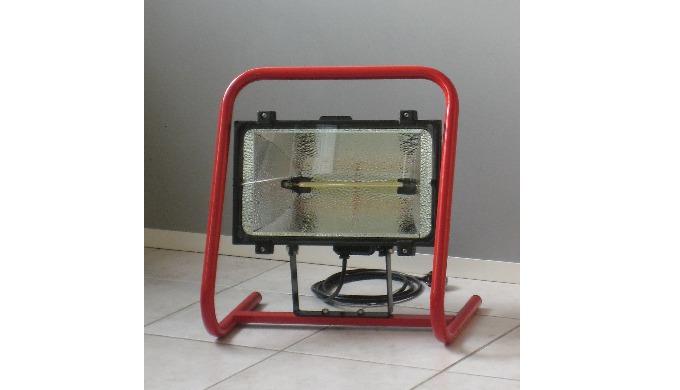 Projecteur halogène à infrarouge sur pied  Temps d'allumage 1 seconde. Classe de protection IP65 Couleur Noir et rouge