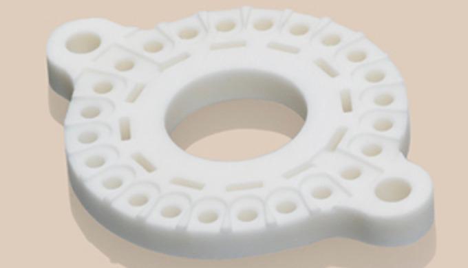 Aluminiumoxid (Al2O3) ist der wohl wichtigste oxidkeramische Werkstoff und bedeutender Baustein unseres Fertigungsprogra