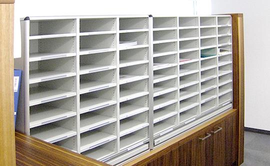 Syspost, im Jahr 2000 gegründet, ist der Marktführer für Poststellen-Einrichtungen und Postverteilsysteme in der Schweiz