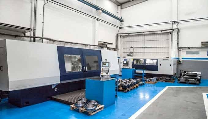 Mecanizado de piezas bajo plano y la fabricación de prototipos para componentes de automoción.  Disponemos de 1.000 m2