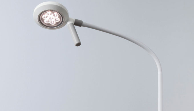 VISIANO 10-1 è un apparecchio per visita a LED ridotto all'essenziale, che però non rinuncia ad una qualità della luce p