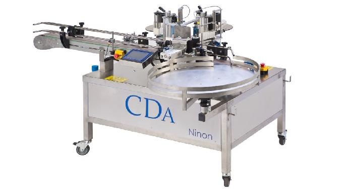 Conçue par CDA, la Ninon Vape est une étiqueteuse automatique linéaire, pensée pour les acteurs du secteur e-liquide. El