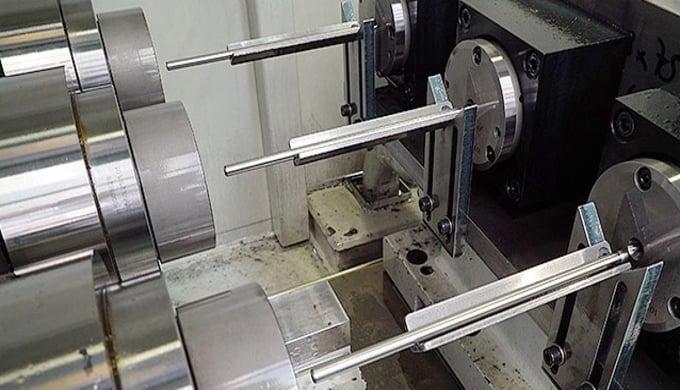 Präzise Bohrungen bis zu einer Tiefe von 300mm können wir dank modernster CNC gesteuerter Tieflochbohrmaschinen anbieten