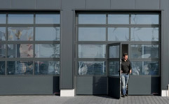 L'avantage de la porte APU F42 est la combinaison de plusieurs matériaux. Le panneau bas à double paroi acier et les châ