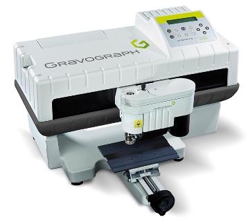 Con un área de grabado de 225x80 mm, esta máquina electrónica ofrece una fiabilidad y calidad de grabado sobresaliente.