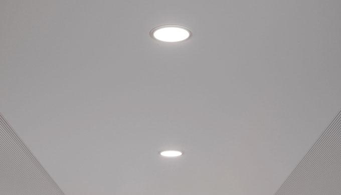 • Downlight LED per l'illuminazione di postazioni di lavoro e di ambienti nonché di corridoi • Per integrare le profondi