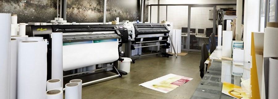 Unsere hochmodernen Produktionsmaschinen mit einer Druckbreite von bis zu 250 cm, drucken mit lösemittelfreier Latextint
