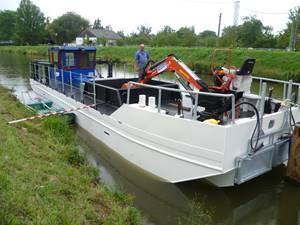 Baťův kanál brázdí speciální plavidlo