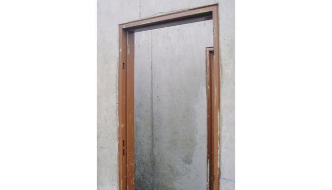 Huisseries métalliques à bancher dans mur béton pour portes locaux communs. • Profil pour porte à recouvrement • Paumell