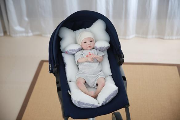 STROLLER LINER hält ein Baby sicher und komfortabel  • Antiallergisches Gewebe • Ergonomisches Design mit Nackenkissen,